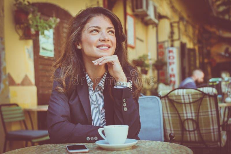 Jonge vrouw bij koffiepauze royalty-vrije stock afbeelding