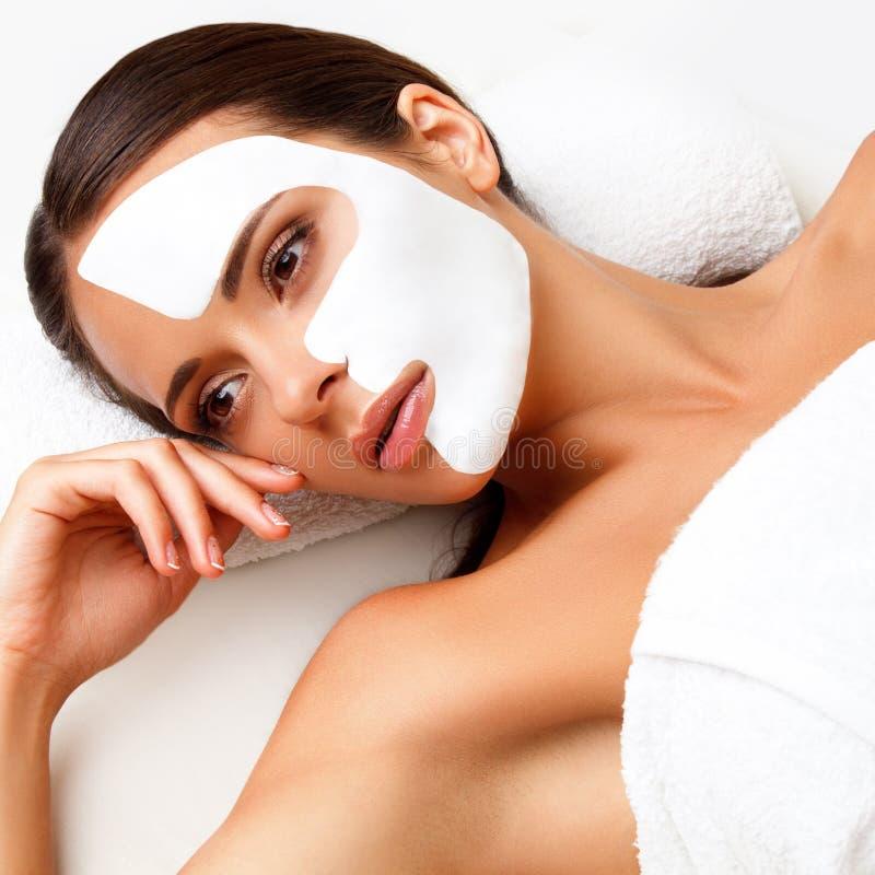 Jonge Vrouw bij Kuuroordsalon met Kosmetisch Masker op Gezicht. stock fotografie