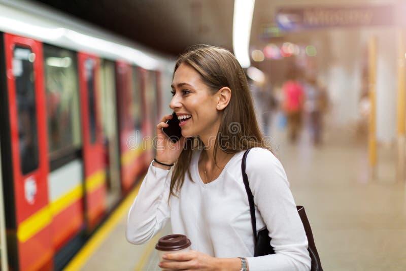 Jonge vrouw bij metropost royalty-vrije stock afbeeldingen