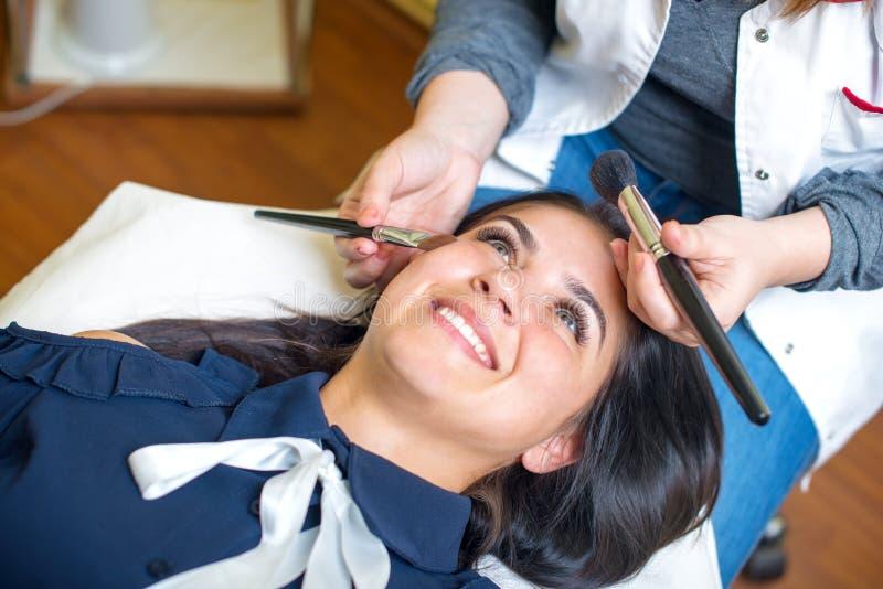 Jonge vrouw bij salon voor een merk omhoog royalty-vrije stock afbeelding