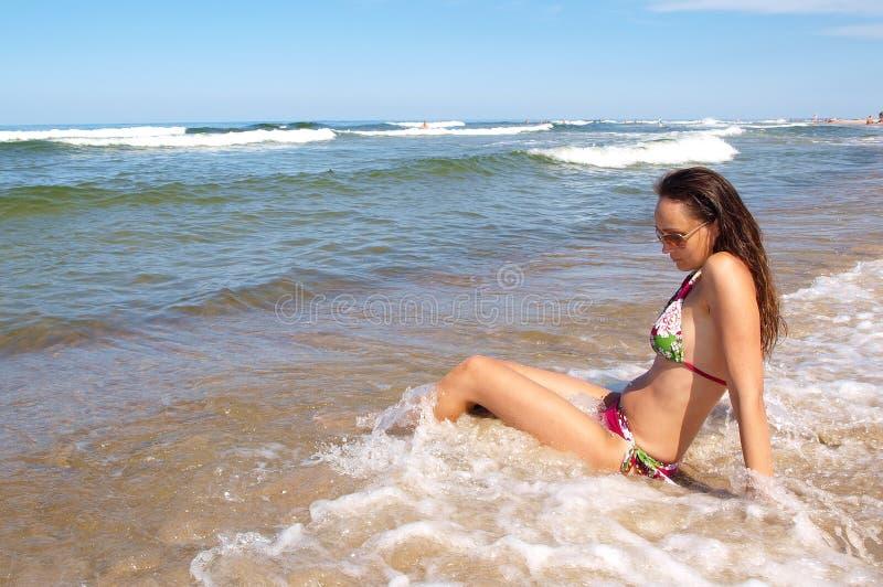 Jonge vrouw bij strand royalty-vrije stock foto's