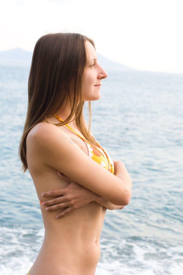 Jonge vrouw in bikini stock afbeeldingen