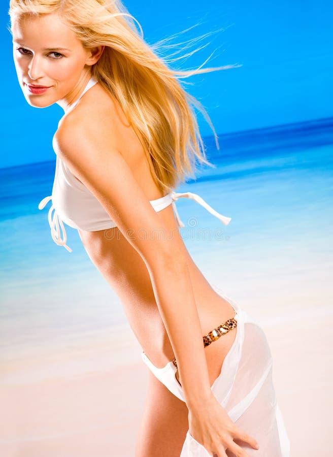 Jonge vrouw in bikini stock foto