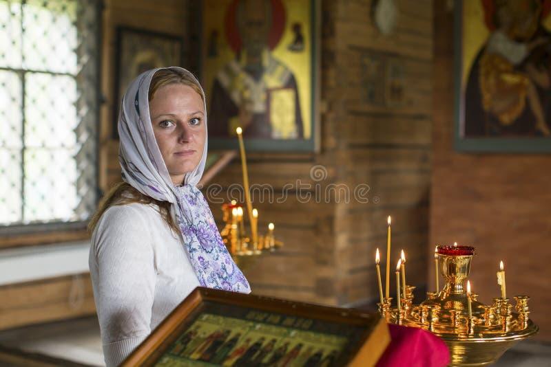 Jonge vrouw binnen de Orthodoxe Kerk traditie stock foto's