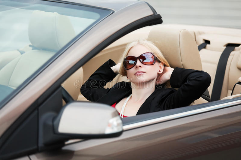 Jonge vrouw in convertibel. stock foto