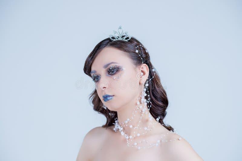 Jonge vrouw in creatief beeld met zilveren artistieke samenstelling Vakantiesamenstelling Mooi Vrouwen` s Gezicht De lippen van d royalty-vrije stock foto's
