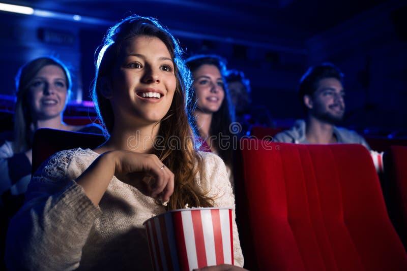 Jonge vrouw in de bioscoop stock afbeeldingen