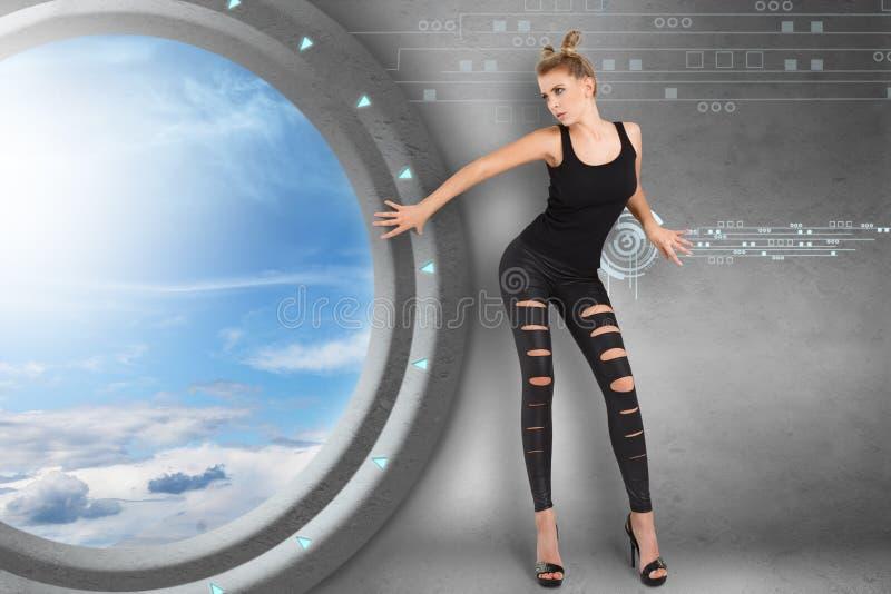 Jonge vrouw in futuristisch binnenland royalty-vrije stock foto's