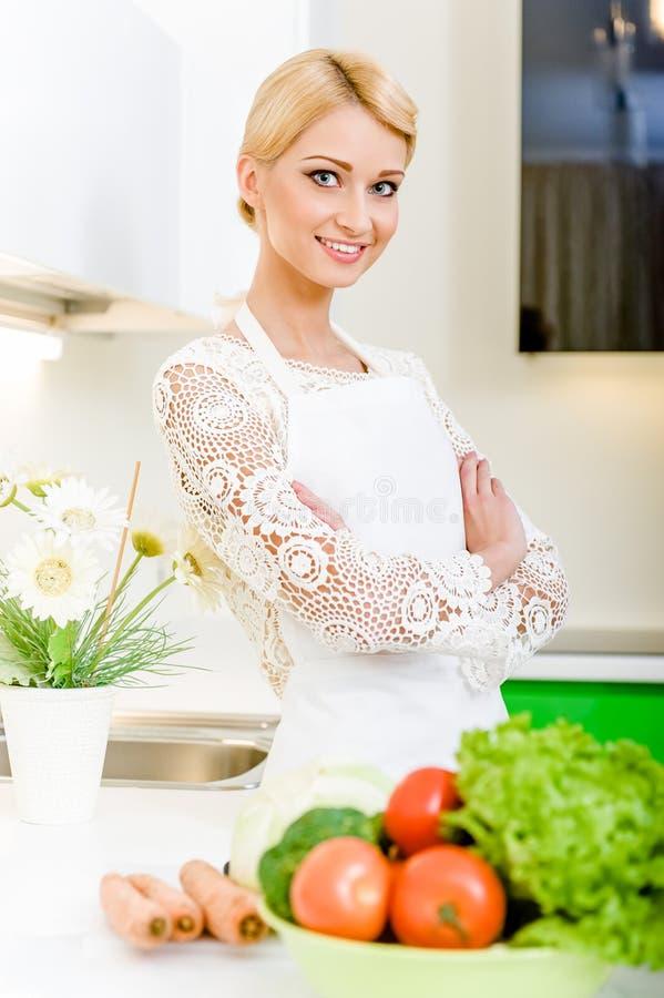 Jonge vrouw in de keuken royalty-vrije stock foto
