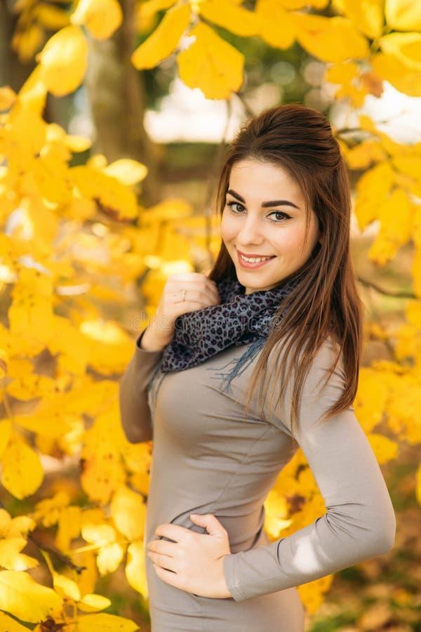 Jonge vrouw in de mooie herfst pakr Atmosferisch oktober Levensstijlfoto van jonge mooie dame royalty-vrije stock afbeeldingen