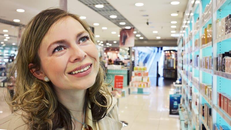 Jonge vrouw in de parfumerie royalty-vrije stock afbeelding