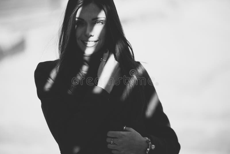 Jonge vrouw in de schaduw stock fotografie