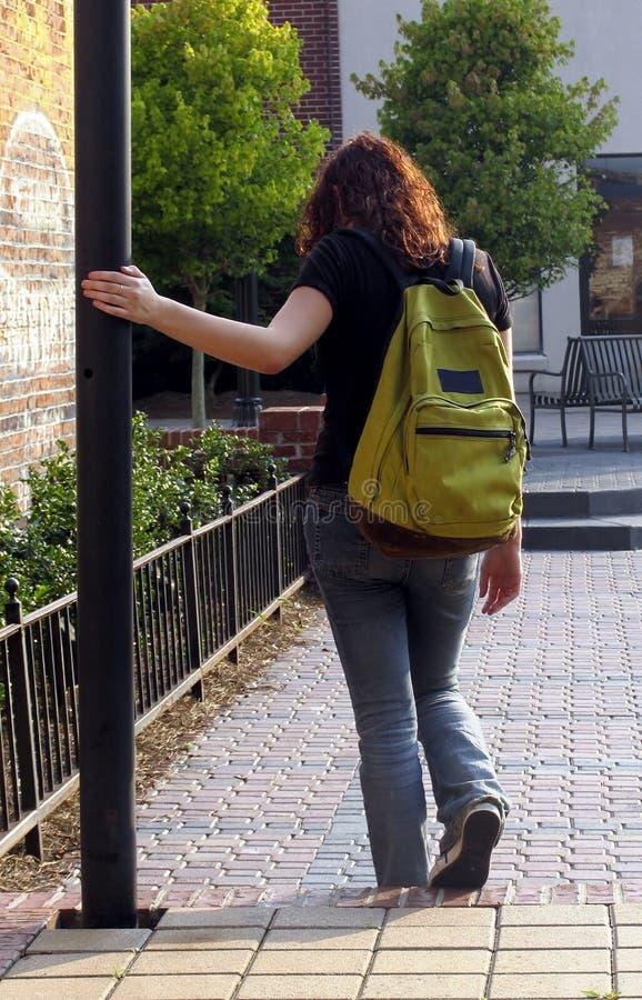 Jonge vrouw in de stad stock afbeelding