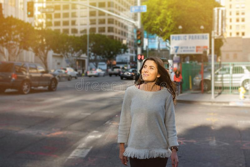 Jonge vrouw in de stad bij zonsondergang voor een gang stock foto