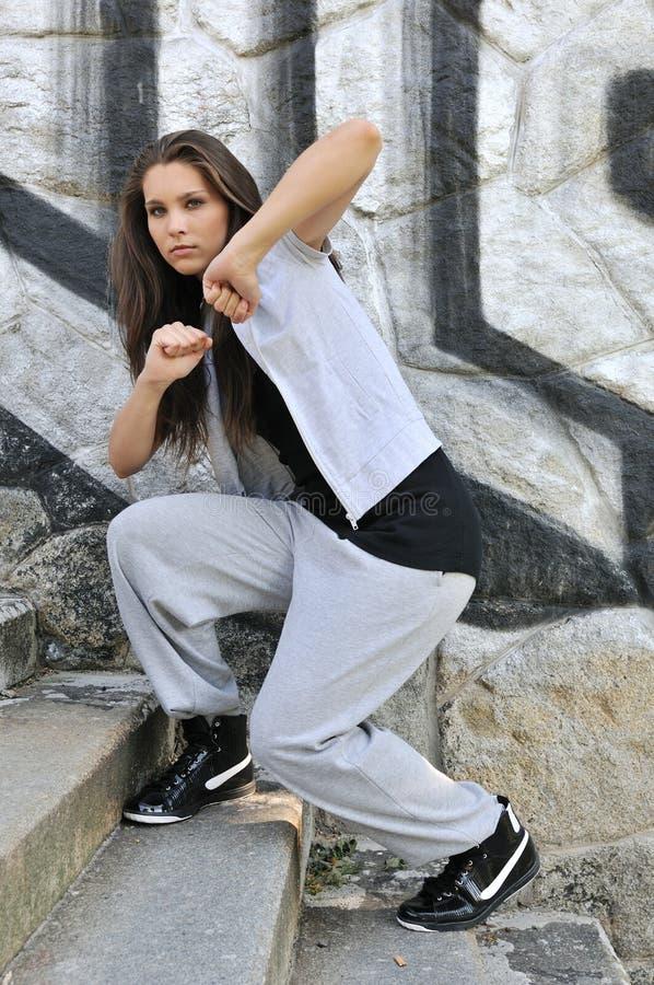 Jonge vrouw in de stijldans van de heuphop