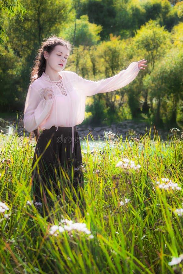 Jonge vrouw in de zomer zonnige dag die en in gebiedenfl lopen dansen stock afbeeldingen