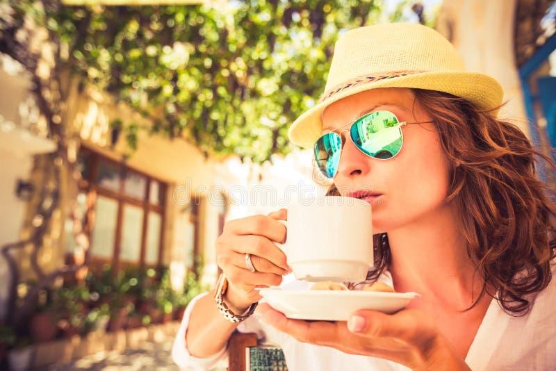 Jonge vrouw in de zomerkoffie royalty-vrije stock foto's