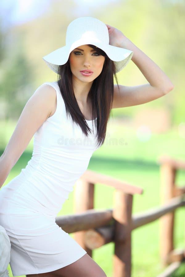 Jonge vrouw in de zomerpark. royalty-vrije stock fotografie
