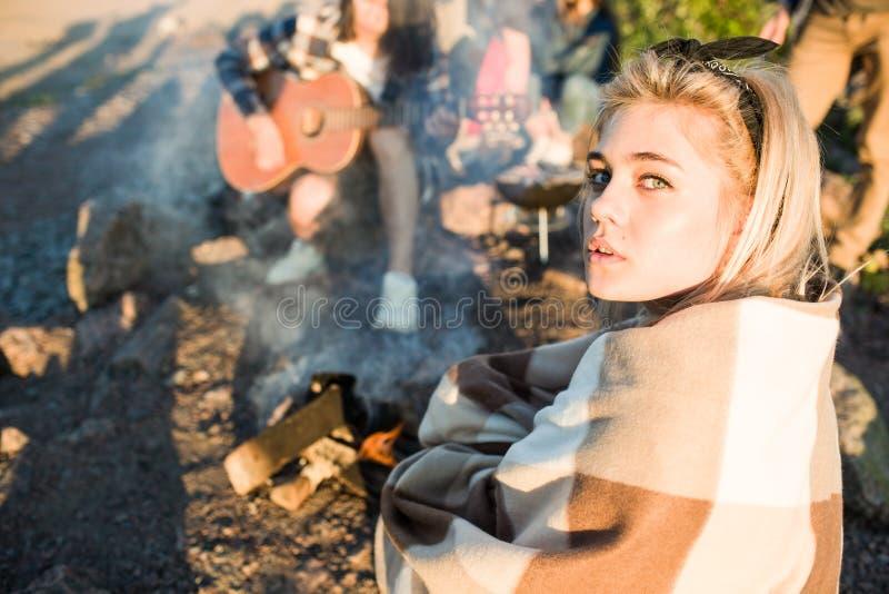 Jonge vrouw dichtbij brand op partij royalty-vrije stock foto