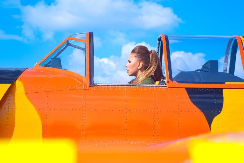 Jonge vrouw dichtbij de vliegtuigen royalty-vrije stock fotografie