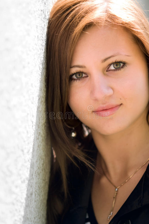 Jonge Vrouw dichtbij een Muur royalty-vrije stock fotografie