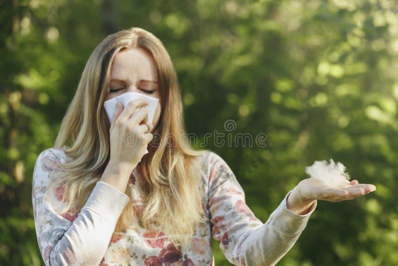 Jonge vrouw die aan de allergie van het de lentestuifmeel lijden stock afbeelding