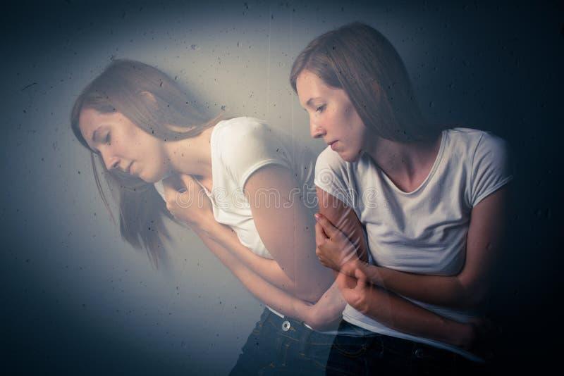 Jonge vrouw die aan een strenge depressie/een bezorgdheid lijden stock afbeeldingen