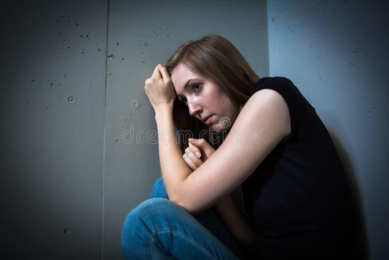 Jonge vrouw die aan een strenge depressie lijdt royalty-vrije stock afbeeldingen