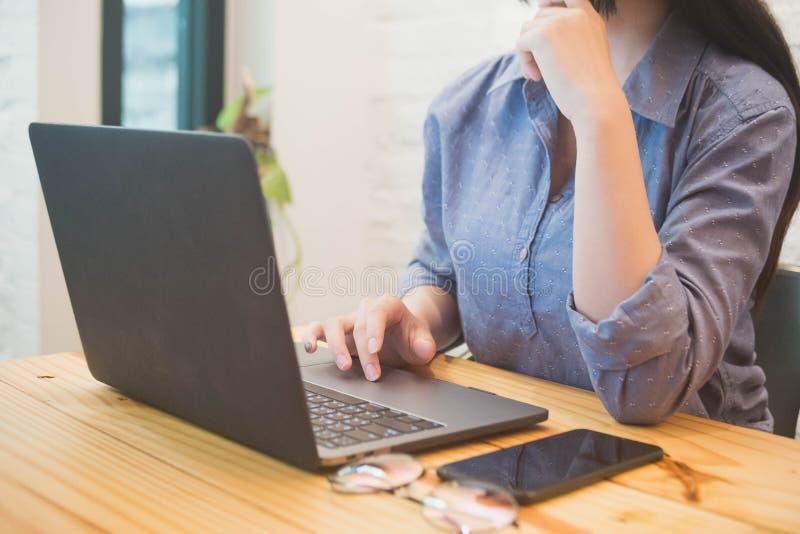 Jonge vrouw die aan laptop in de koffie werken Het werk vrouwenconcept royalty-vrije stock foto's