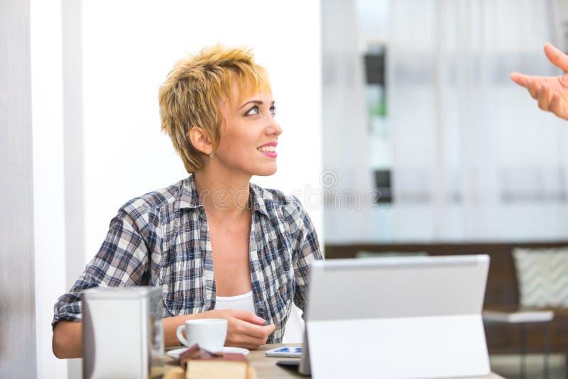 Jonge vrouw die aan man het spreken luisteren stock foto