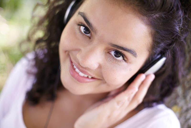 Jonge Vrouw die aan MP3 Speler in openlucht luistert royalty-vrije stock foto's