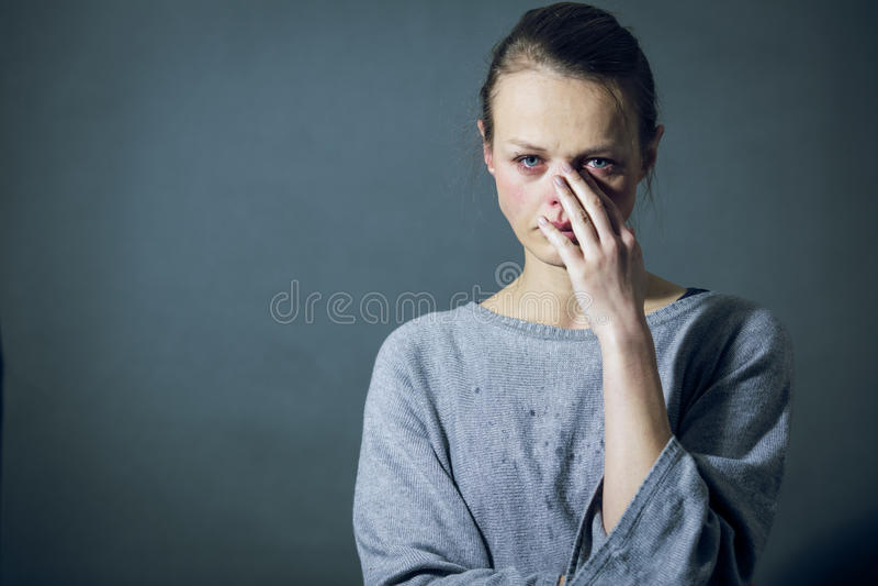 Jonge vrouw die aan strenge depressie/bezorgdheid/droefheid lijden royalty-vrije stock afbeelding