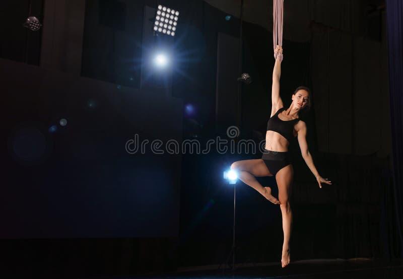 Jonge vrouw die acrobatisch element op luchtzijde tegen achtergrond uitvoert Ruimte voor tekst royalty-vrije stock foto's