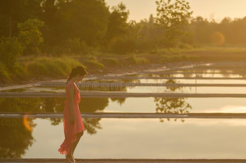 Jonge vrouw die alleen lopen royalty-vrije stock afbeelding
