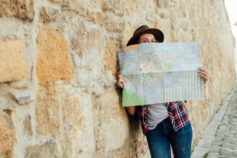 Jonge vrouw die alleen reizen stock foto's