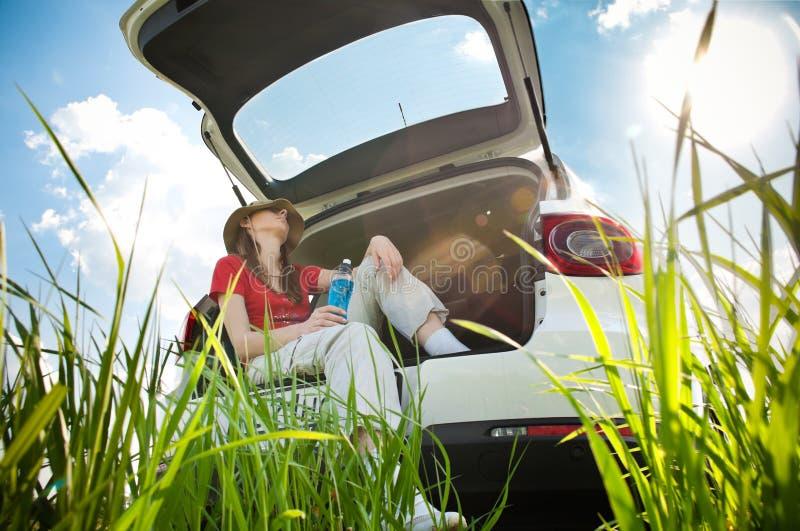 Jonge vrouw die in auto rust royalty-vrije stock afbeeldingen