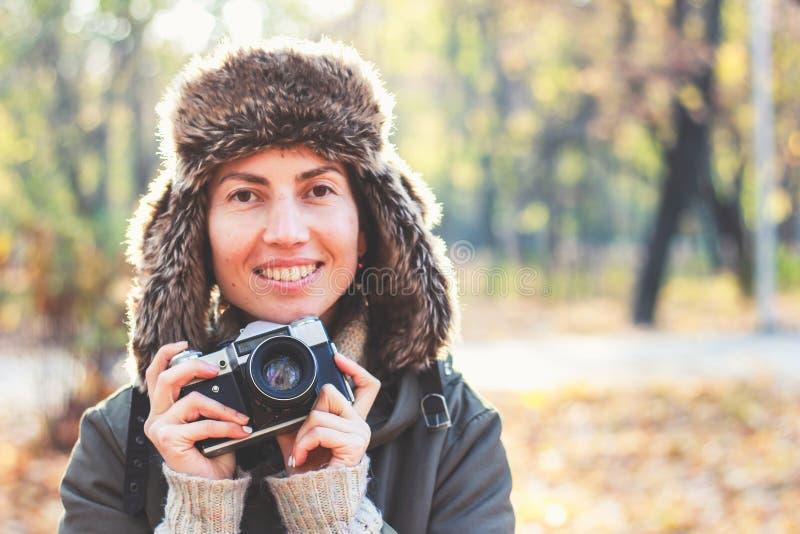 Jonge vrouw die beelden in het de herfstpark nemen royalty-vrije stock fotografie