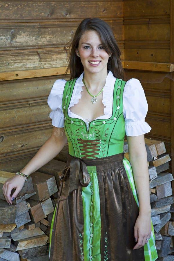 Jonge vrouw die Beierse dirndl dragen stock afbeeldingen