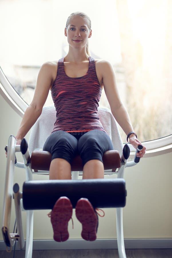 Jonge vrouw die benen in moderne gymnastiek uitoefenen royalty-vrije stock foto