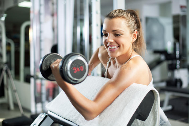 Jonge vrouw die Bicepsenoefening doen royalty-vrije stock afbeeldingen
