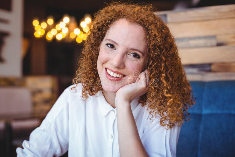 Jonge vrouw die bij camera glimlachen royalty-vrije stock fotografie