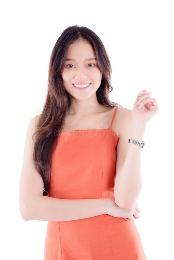 Jonge vrouw die die bij camera glimlachen over witte achtergrond wordt geïsoleerd stock afbeeldingen