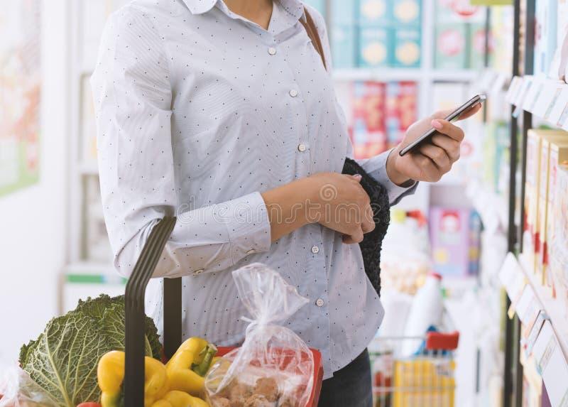 Jonge vrouw die bij de opslag winkelen royalty-vrije stock foto