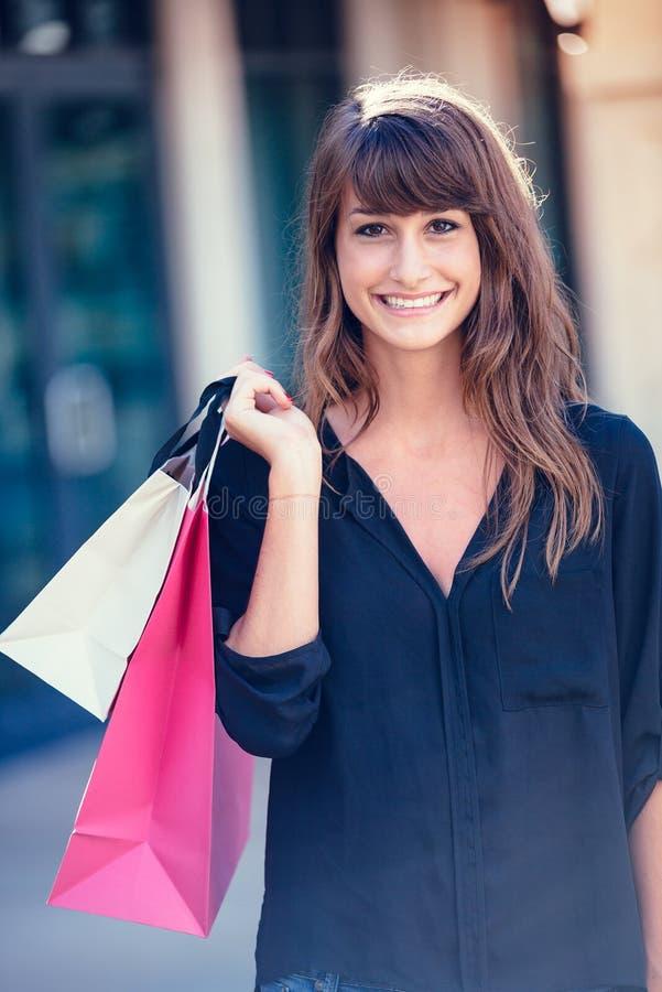 Jonge vrouw die bij de wandelgalerij winkelen stock foto's
