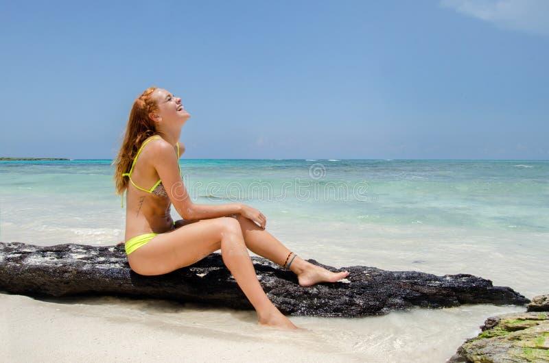 Jonge vrouw die bij het strand glimlachen stock afbeelding