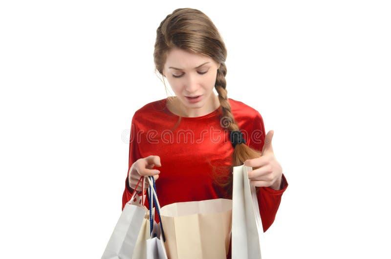 Jonge vrouw die binnen de het winkelen zakken kijken. royalty-vrije stock afbeelding