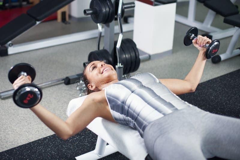 Jonge vrouw die borstoefening doen stock fotografie