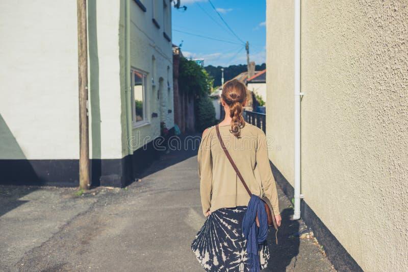 Jonge vrouw die buiten lopen royalty-vrije stock fotografie