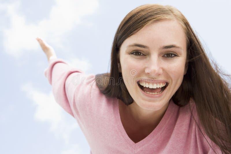 Jonge vrouw die buiten ontspant royalty-vrije stock afbeelding