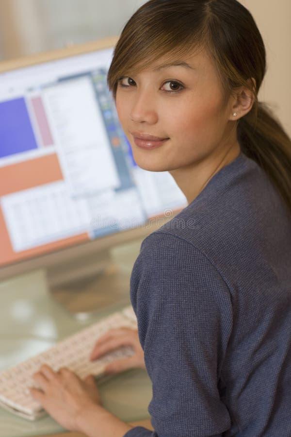 Jonge vrouw die computer met behulp van royalty-vrije stock fotografie